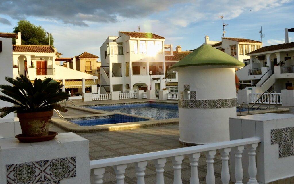 Här en mindre urbanisation i Torrevieja där de olika husen är byggda runt en pool.