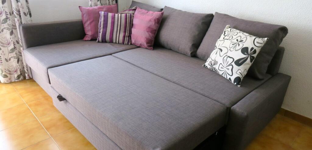 En soffa som är en bäddsoffa och som man lätt kan bädda upp till en bra säng,