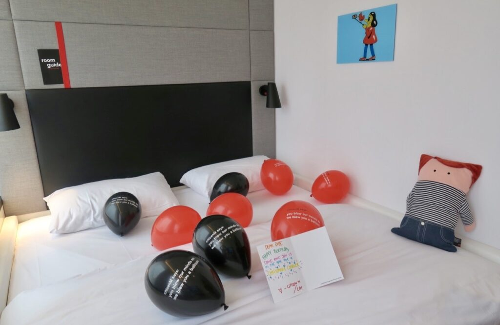 Köpenhamn. Hotell CitizenM. En säng på 2x2 m måtte vara kämpig för personalen att bädda.