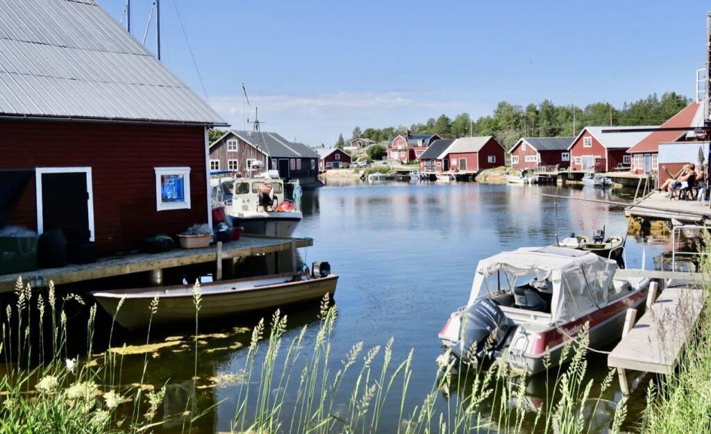 Höga kusten. Fiskeläget Skeppsmaln. Skagsudde ligger några minuters promenad från själva hamnen.