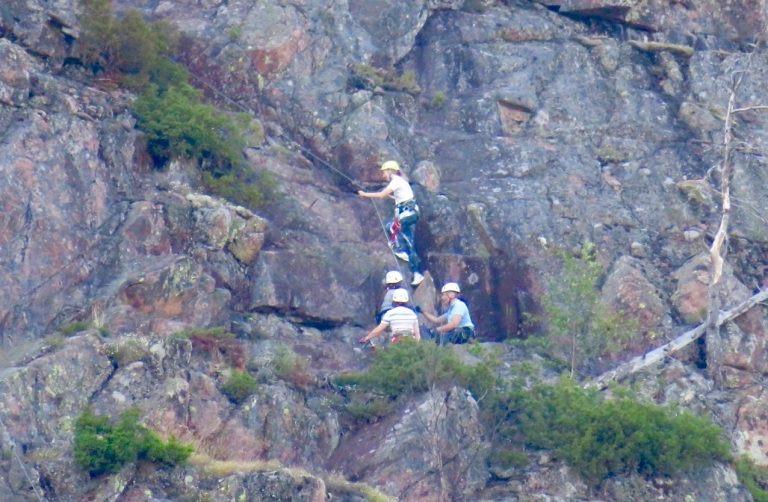 Höga kusten. Skuleberget.Klättrare på väg uppåt och som på olika sätt är utrustade för att inte halka och få en säker klättring.