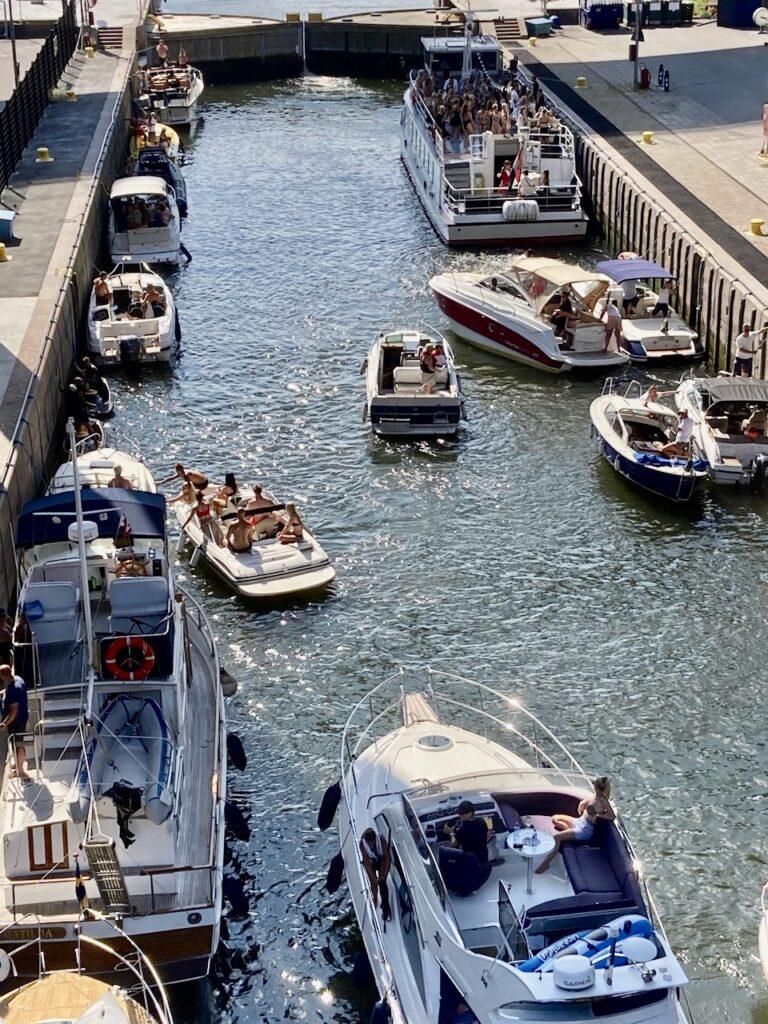 """Stockholm. Södermalm. Hammarbyslussen.Att lägga till, """"parera""""sin båt i Slussen kan vara ne utmaning."""