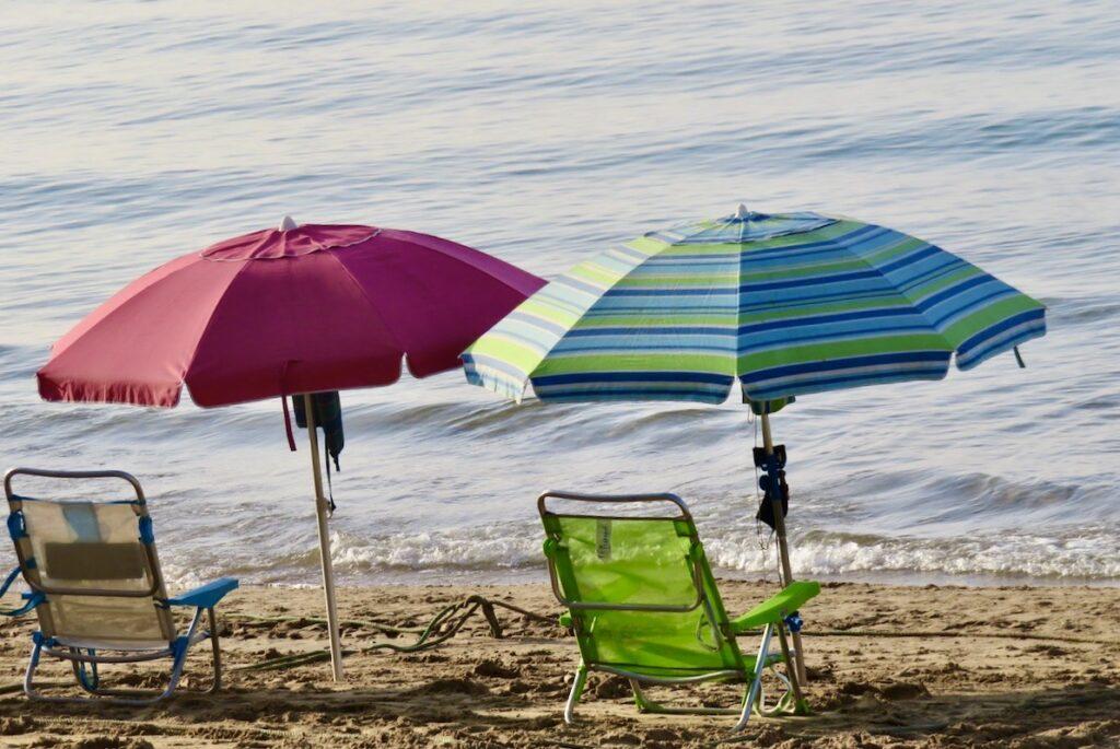 Torrevieja. Inrutat är det på Playa del Cura, en av stränderna inne i stan. Varje sällskap som kommer får en ruta att sitta i.