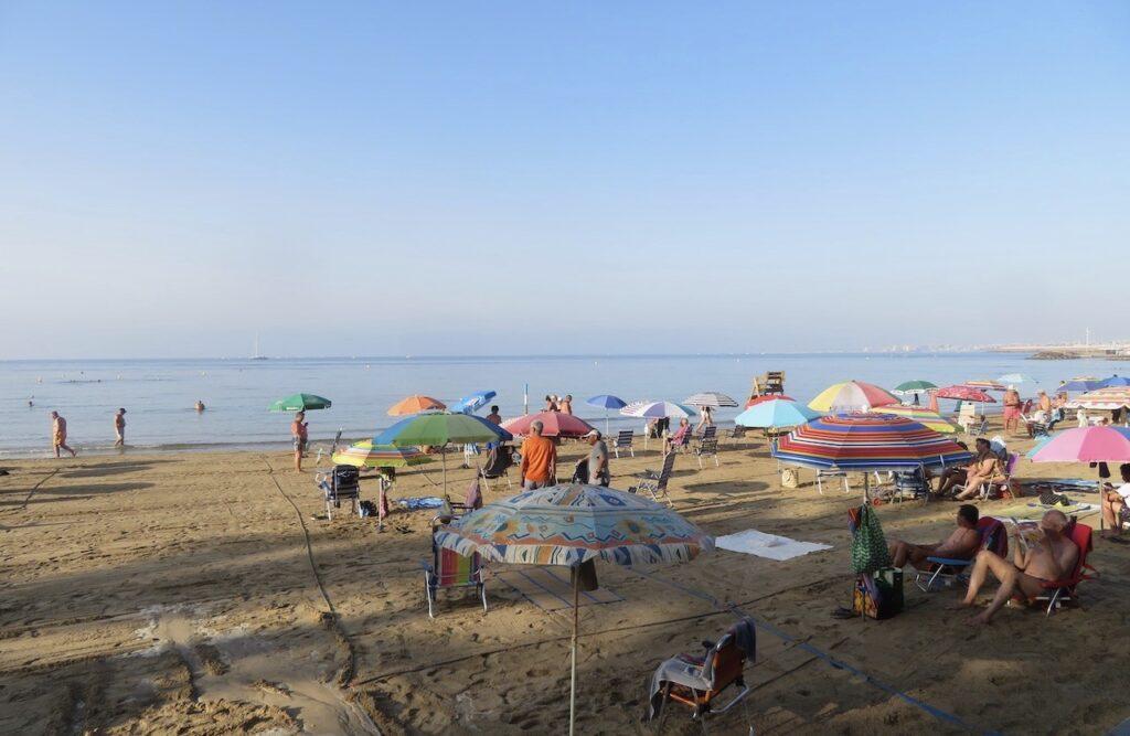 Torrevieja. Stranden Playa del Cura är inrutat med x antal rutor för besökare och med gångar emellan där man kan ta sig till vattnet-