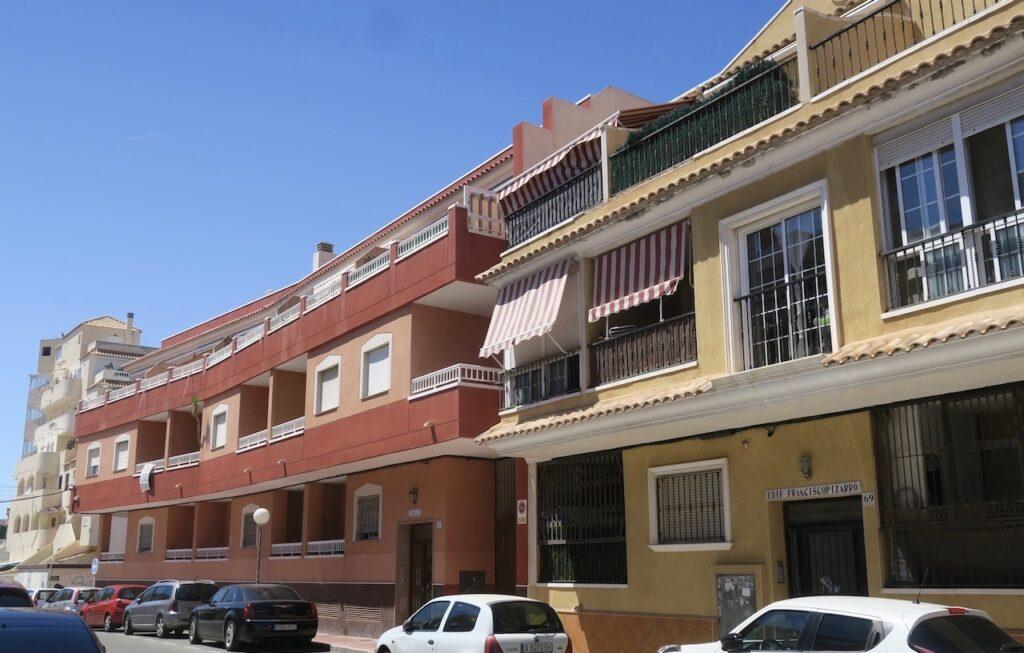 I Torrevieja ser flrefamiljshusen ut på olika sätt. Lägre hus och högre blandas med radhus och villor.
