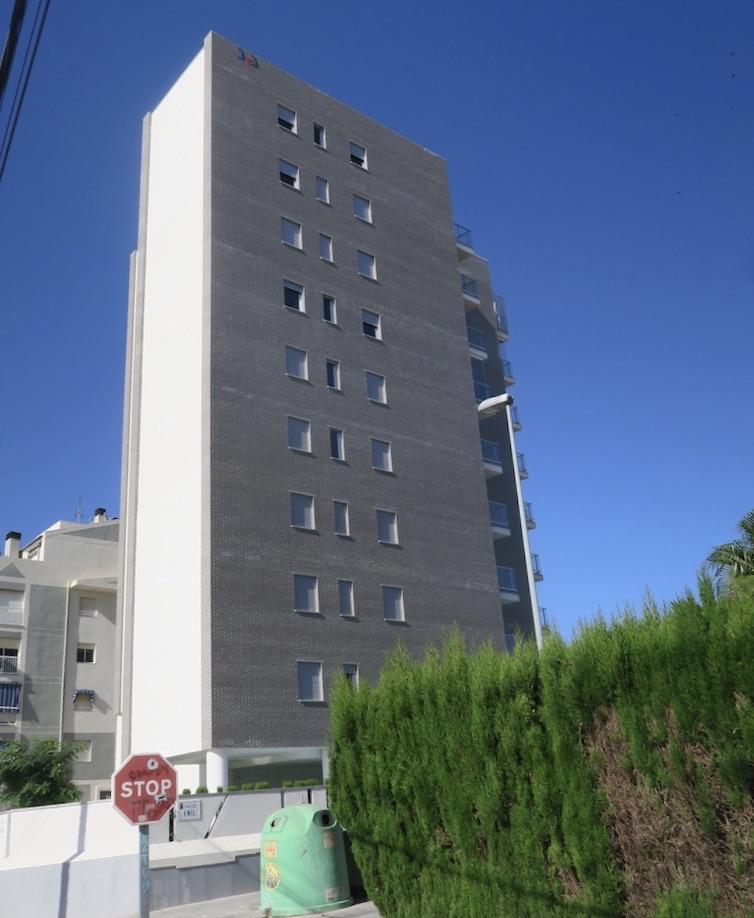 Ett nybyggt hus en bit bort på vår gata i Torrevieja.