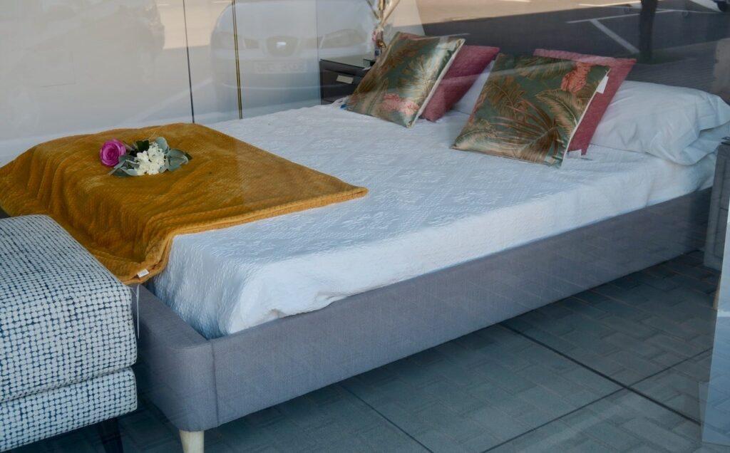 Torrevieja. Ett förslag på hur man kan bädda en säng. Denna är 1.45 cm och tänkt för två.