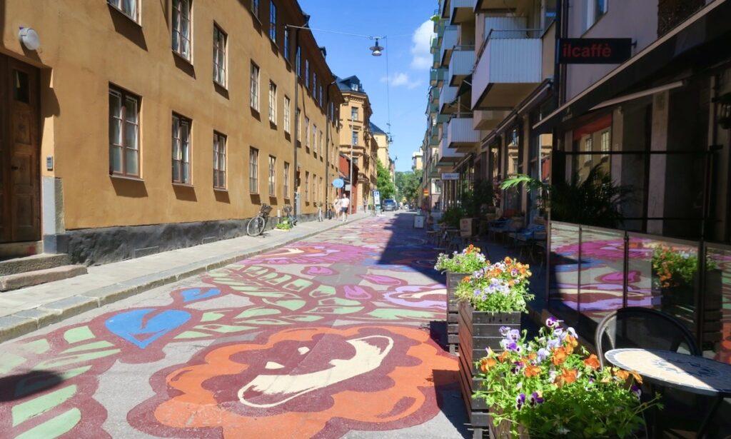 Stockholm. Södermannagatan. Och visst blommar asfalten fint hemma på Söder.