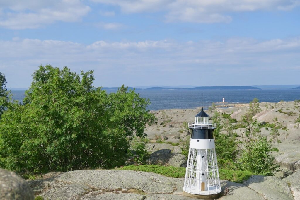 Skagsudde och en strålande utsikt över delar av Höga kusten