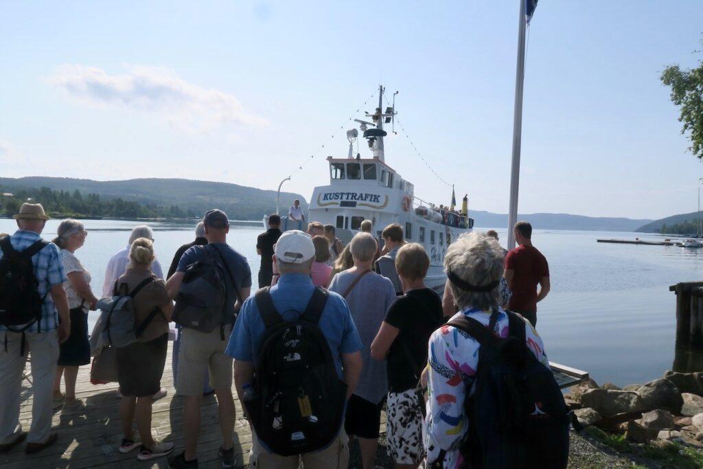 Höga kusten. Docksta brygga. Och båtbiljetter till Ulvön köper man via nätet. En populär utflykt är det.