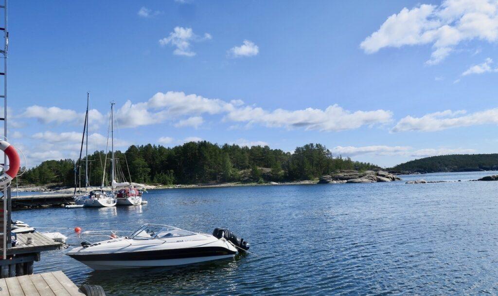 Ångermanland. Höga kusten. Bönhamn Bryggan och en del av den skyffade gästhamnen.