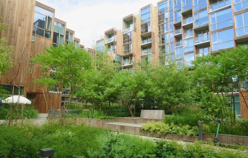 Gärdet. Stockholm. Ett varv ute på Djurgården skulle det bli men först en titt på detta speciella terrasshus 79&Park