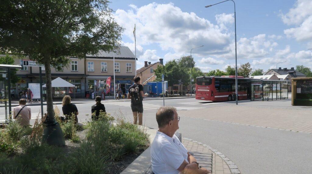 Norrtälje busstation. Vi väntar på vidare bussresa mot Kapellskär och sedan vidare med båt till Söderarm