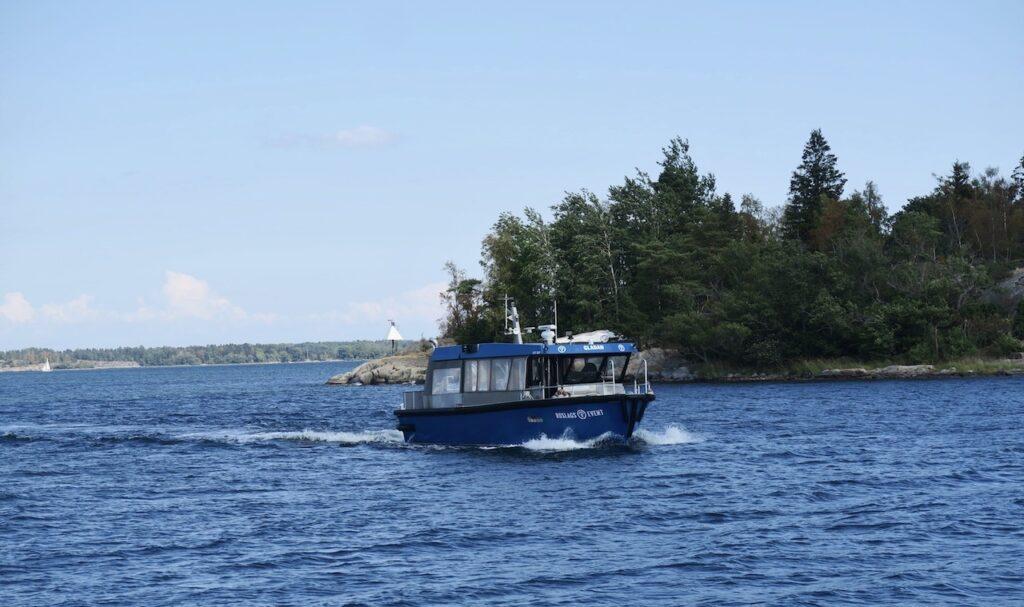 """Roslagen. Kapellskär. """"Gladan,"""" båten som ska ta oss ut från till Söderarm gör det på ca. 30 minuter. Undan går det."""
