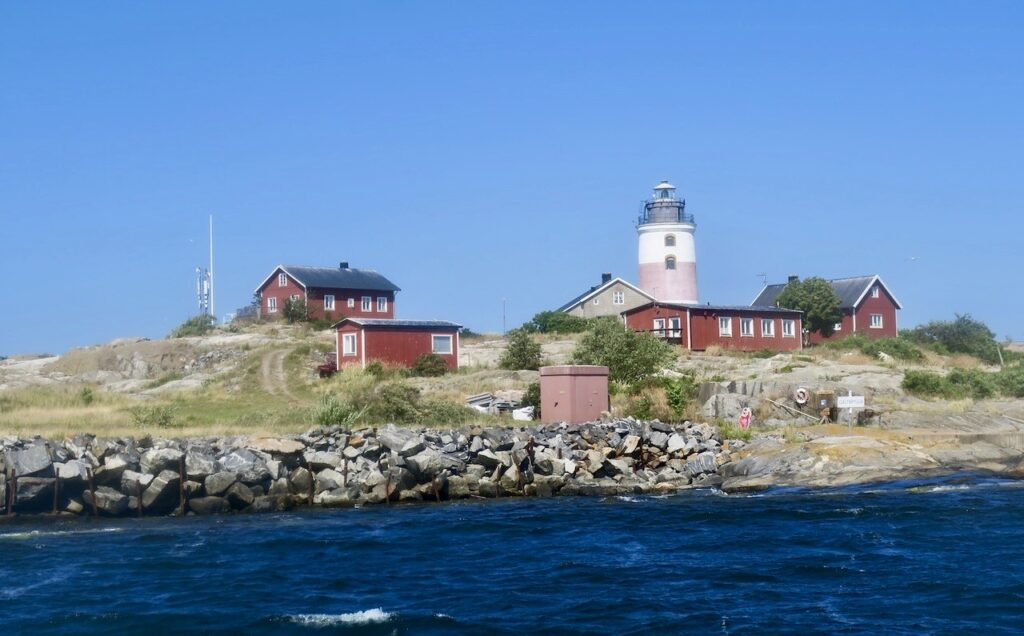 Ön Torskär i yttersta avsbandet och granne med Ålands hav ligger fyrplatsen Söderarm