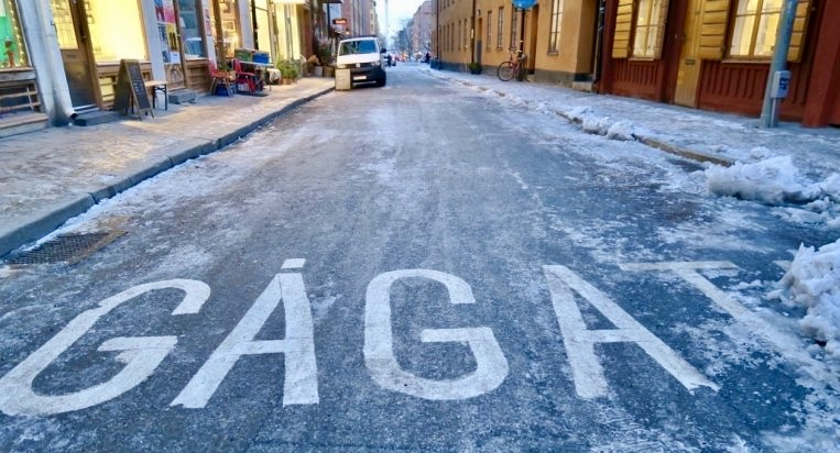 Stockholm. Södermaln. Södermannagatan. Här på isgatan går man inte för risken att halka är stor. Det står gågata men ingen vågar gå här.
