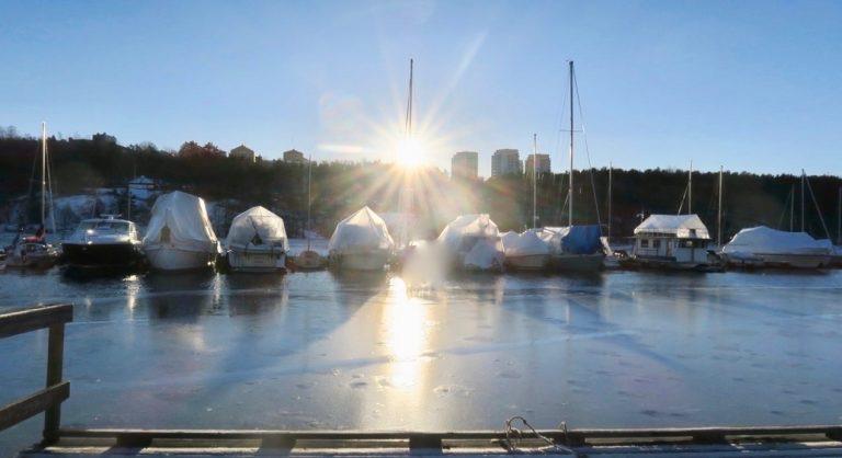 Stockholm. Södermalm. Årstaviken. Blank is och det är lätt att halka.