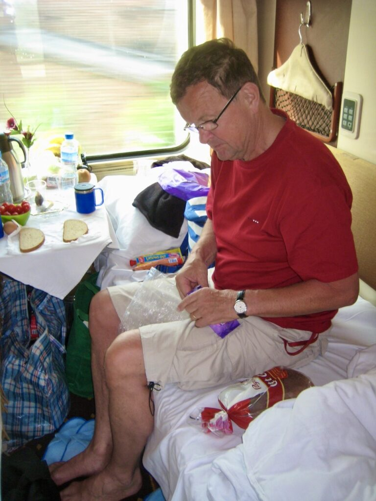 Peking till Lhasa med tåg. Personal kom för att bädda våra sängar ett par gånger om dagen.