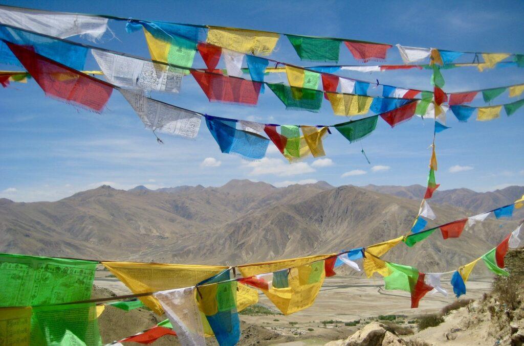 Tibet. Området runt Ganden kloster. Och torka råder i denns stenruka trakt