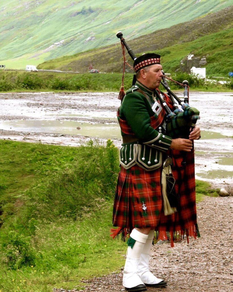 Skottland. Skotska höglandet. Här brukar det regna en hel del. Men det hindrade inte mannen att spela säckpipa för oss.