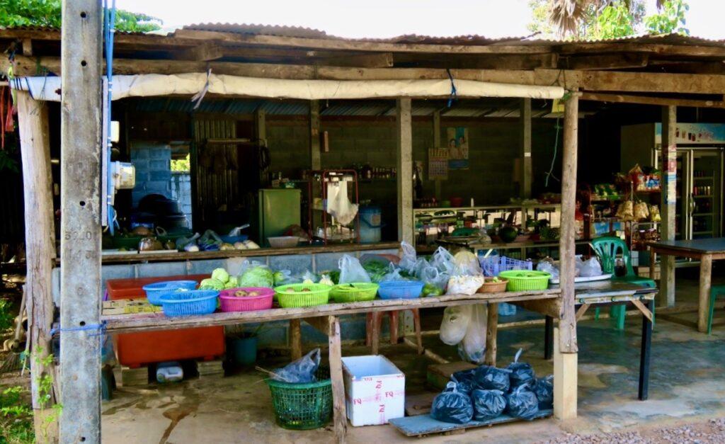 Thailand. Chackpong. En lokal butik som ofta får sälja både frukt , ägg och grönsaker till oss.