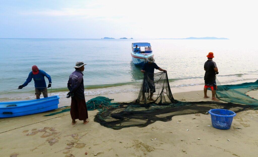 Thailand. Chackpong. Fiskarna hoppas på att få tillräckligt med fisk så att de kan sälja den vidare.
