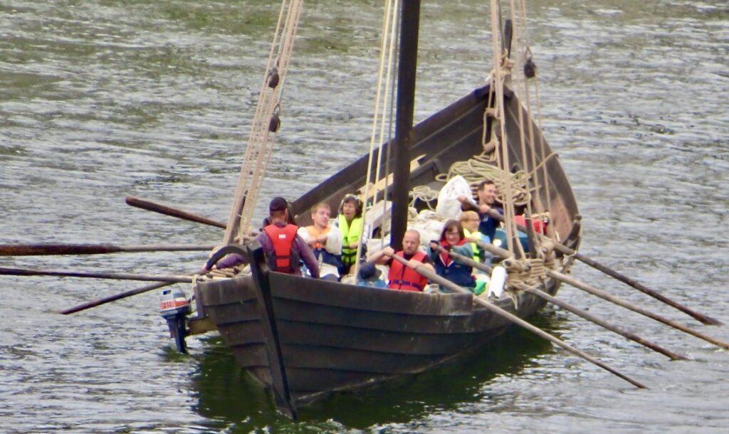 Stockholm. Södermalm. Hammarbykanalen. Ett glatt gäng ska ro in i slussen. Absolut god underhållning att se dem.