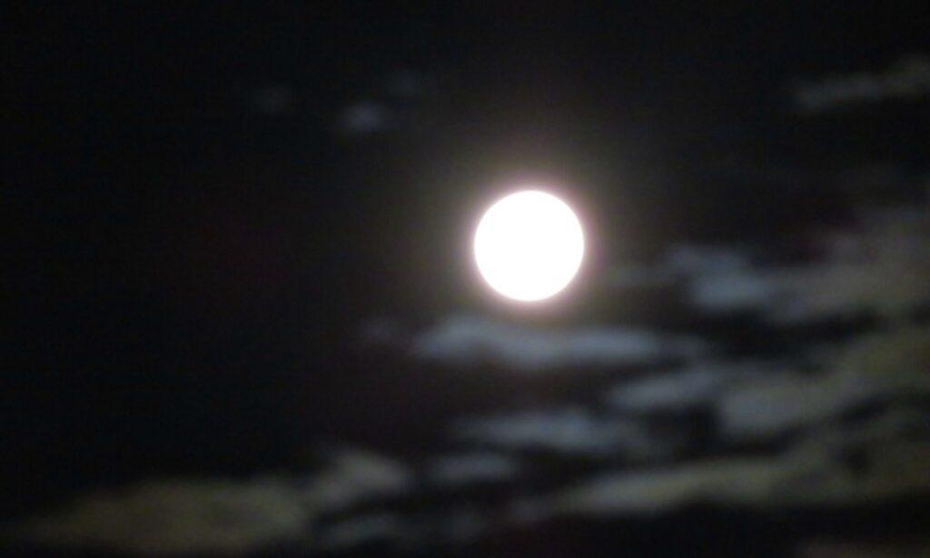 Stockholm. Södermalm. En sjönära månskensbild. Månen befinner sig över Hammarbykanalen