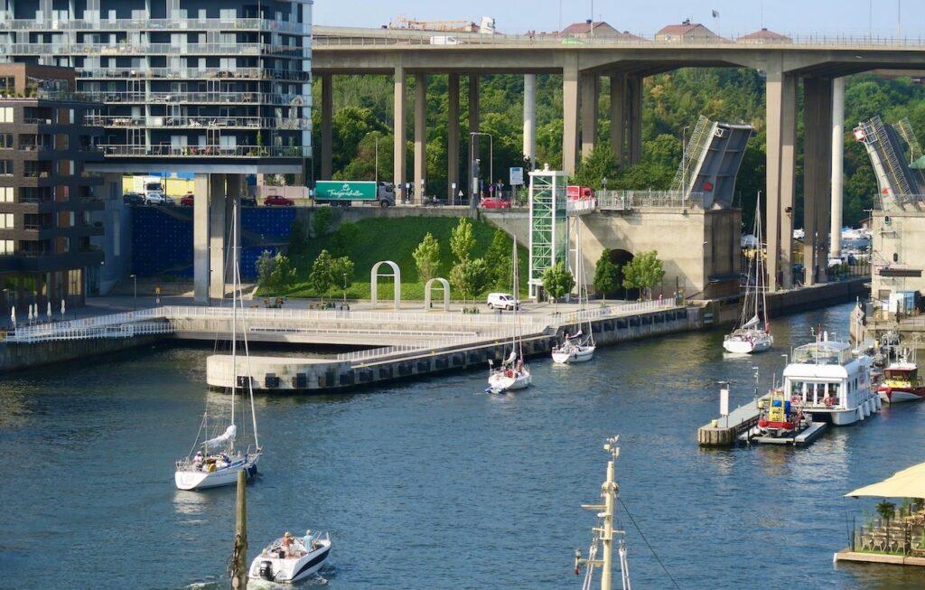 Stockholm. Södermalm. Hammarbykanalen. Hammarbyslussen. God underhållning att se båtarna slussa.