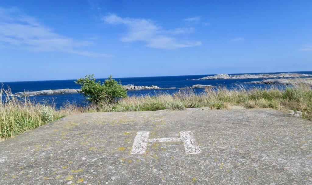 En helikopterplatta finns här på klipporna i havsbandet på fyrplatsen Söderarm. Ålands hav är närmsta granne.