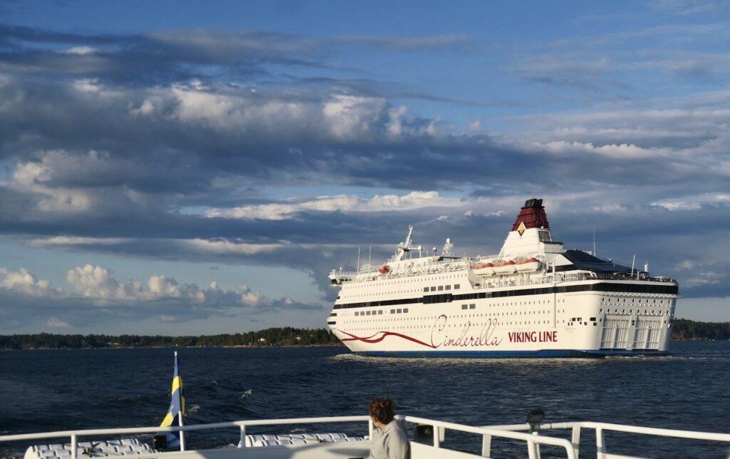 Roslagen. Här möter vi Cinderella, Vikinglinjens fartyg, som också är på väg genom skärgården denna kväll.