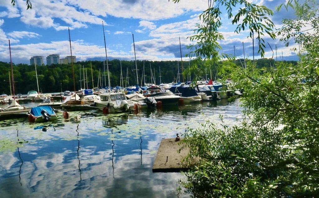 Stockholm. Södermalm. Årstaviken.Visst pågår sommaren men många fritidsbåtar har landat vid sina bryggor.