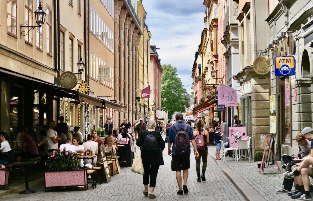 Stockholm. Gamla stan. Stora nygatan. Plötsligt händer det. Turisterna är tillbaka