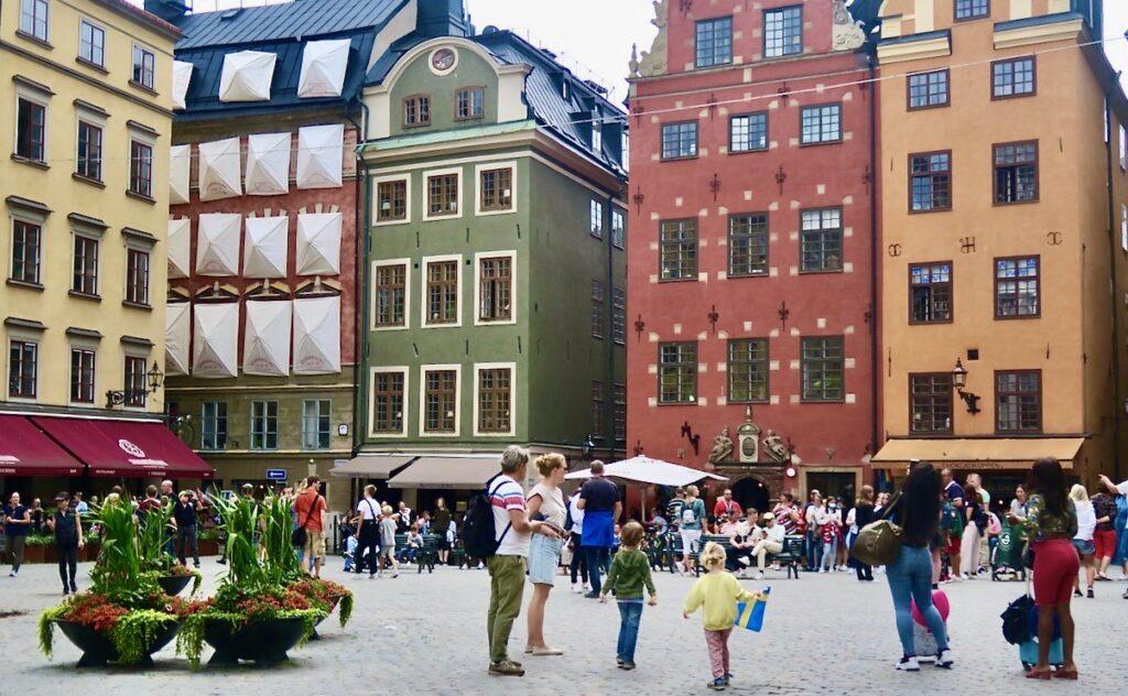 Stockholm. Gamla stan. Stortorget. Plötsligt är också detta torg fyllt av besökare.