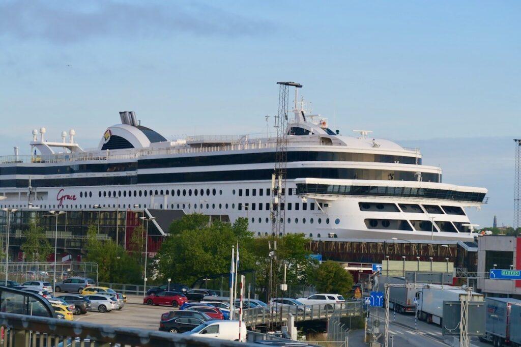 Stockholm. Stadsgårdskajen. Viking Grace är snart klar för avgång till Åland.