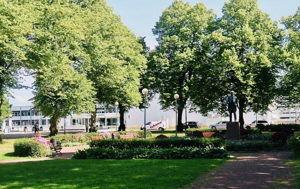 Åland. Mariehamn. På vägen till Ålands konstmuseum och utställningan av lars Lerins akvareller passerar vi Stadshusparken.