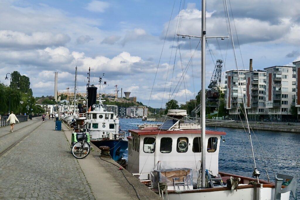 Stockholm.Södermalm. Norra Hammarbyhamnen. Hammarbykanalen visst är det en chansning att ge sig ut utan paraply.