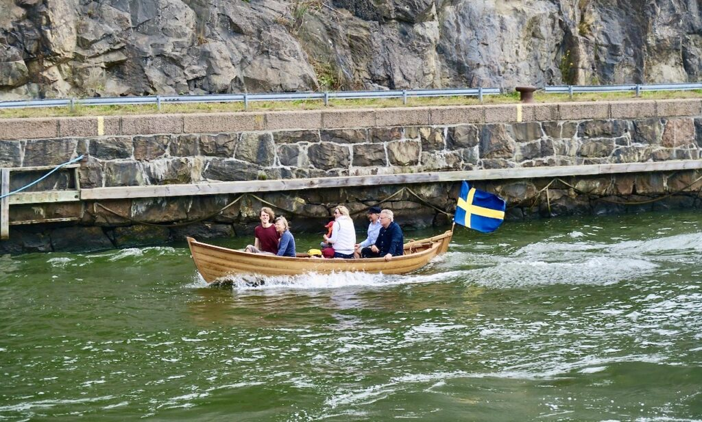 Stockholm. Danvikskanalen. Kan tycka det är en chansning att vistas i båten utan flytväst.
