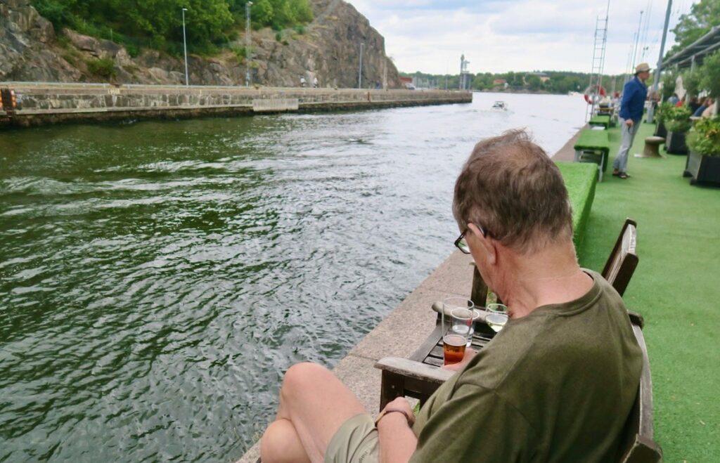 Hammarbykanalen. Stockholms inlopp. Boule & Berså. Visst är det en chansning att sitta under bar himmel. Men vi tog den.