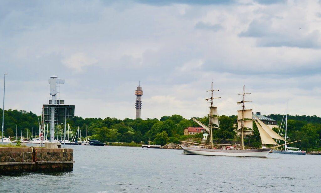 Stockholms inlopp. Kanske var det en chansning att sätta segel inne i Stockholm men å andra sidan var det god vind.