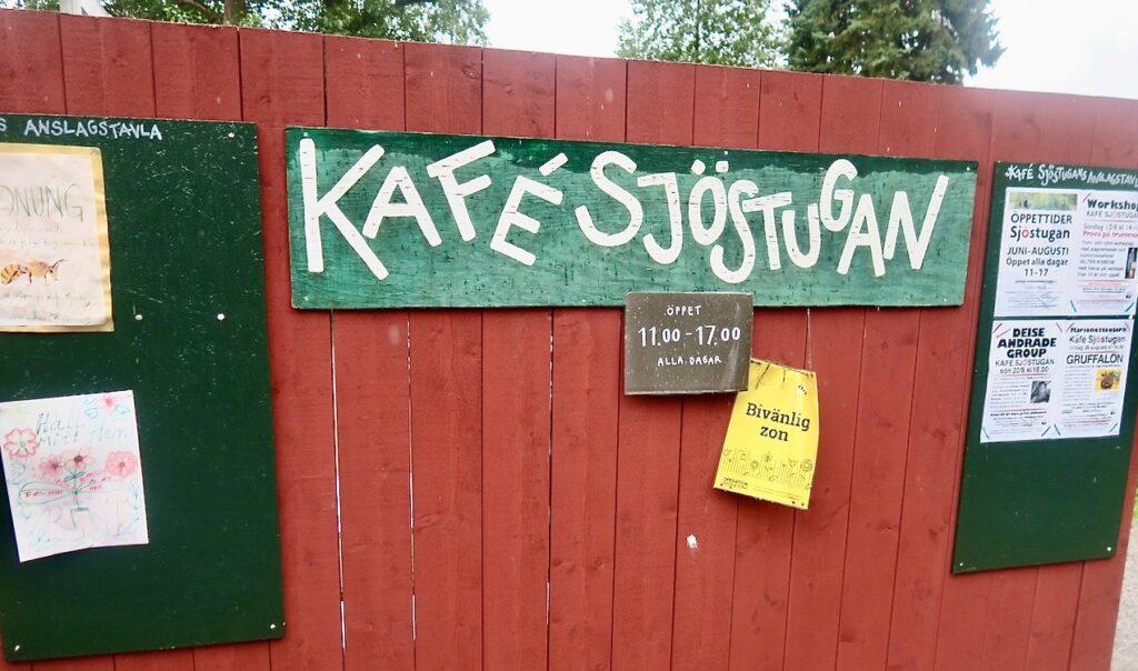 Bergshamra by i Solna. Diverse upplysande skyltar såg vi vid Kafé Sjöstugan .