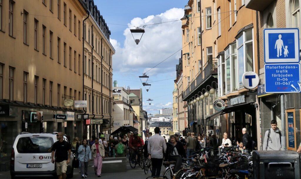 Stockholm. Södermalm. Götgatsbacken. Ingen brist på upplysande skyltar.