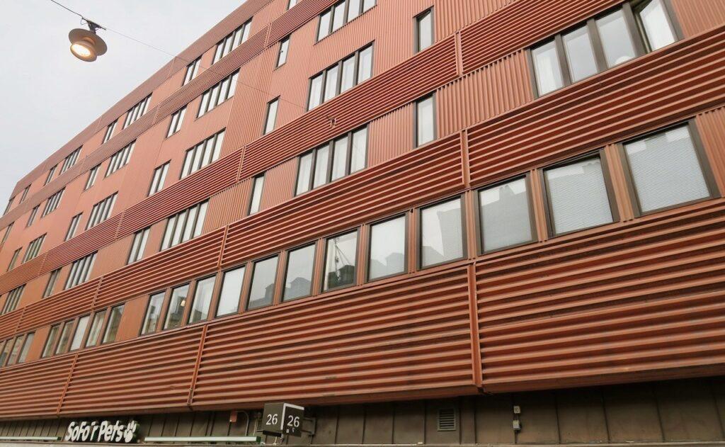 Stockholm. Folkungagatan. Mer från Södermalm och om detta hus fick jag veta när vi stannade till här.