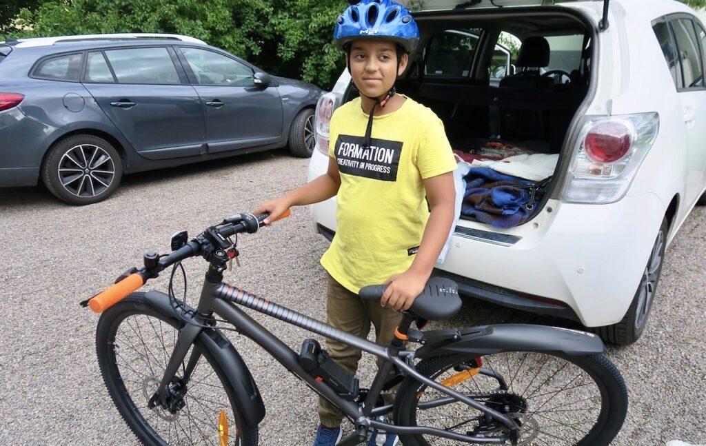 Uppsala. Barnbarnet är glad över sin nya cykel.