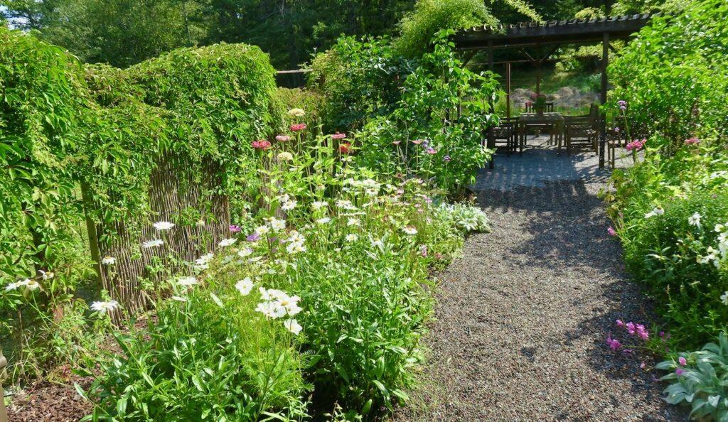 Nacka. Nyckelvikens herrgård. Här omges vi av vacker grönska i trädgården.