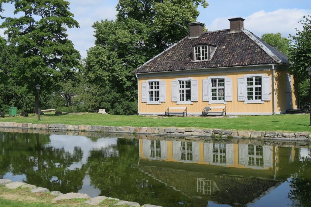 Stora Nyckelviken fick i mitten av 1700-talet ett nytt utseende med ny huvudbyggnad, damm och nya sidobyggnader.