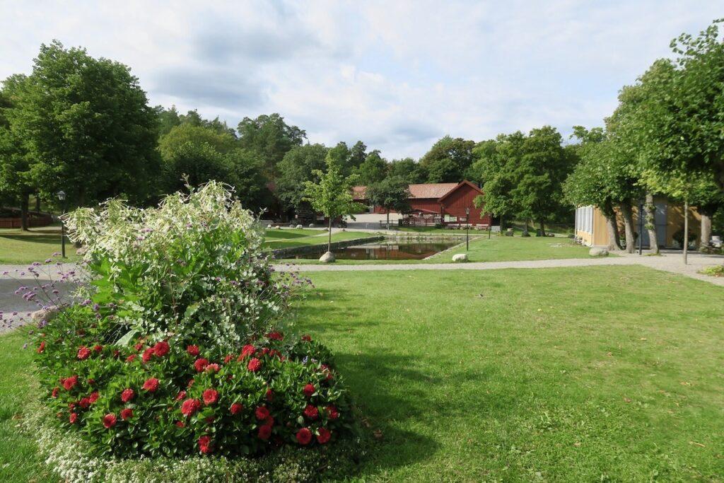 Nacka kommun. Stora Nyckelviken bjuder på stora öppna ytor och fortfarande är det gott om vackra blommor.