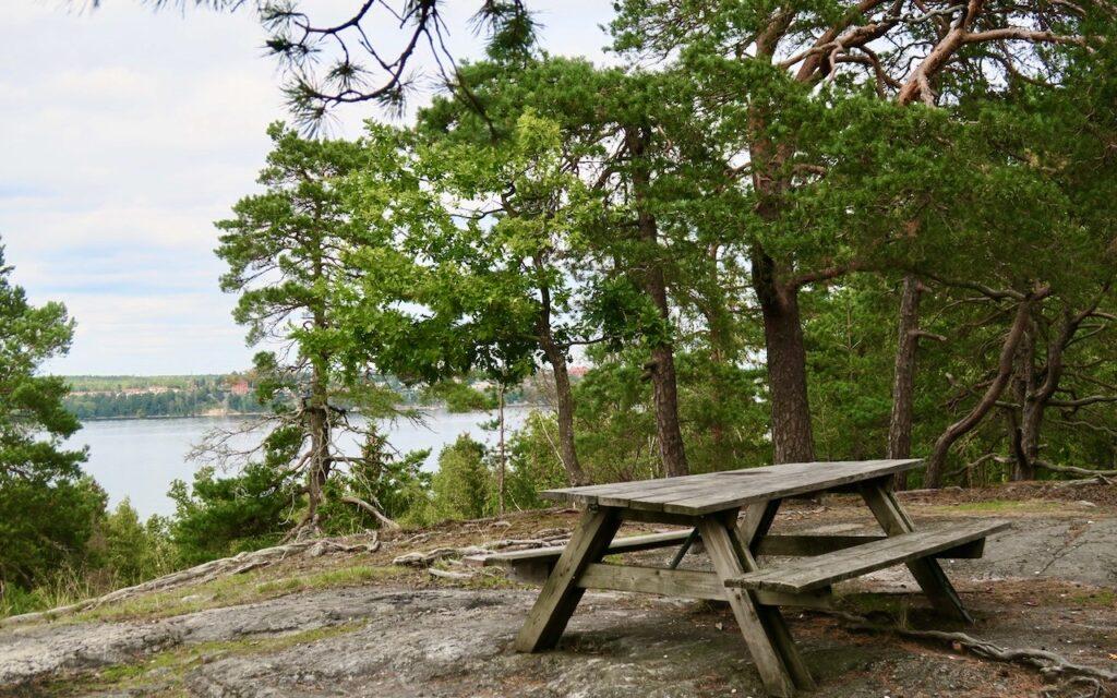 Nacka. På väg till Nyckelvikens trädgård och herrgård gjorde vi en avstickare upp på Kulberget. Här fick vi en fantastisk vy över inloppet till Stockholm.
