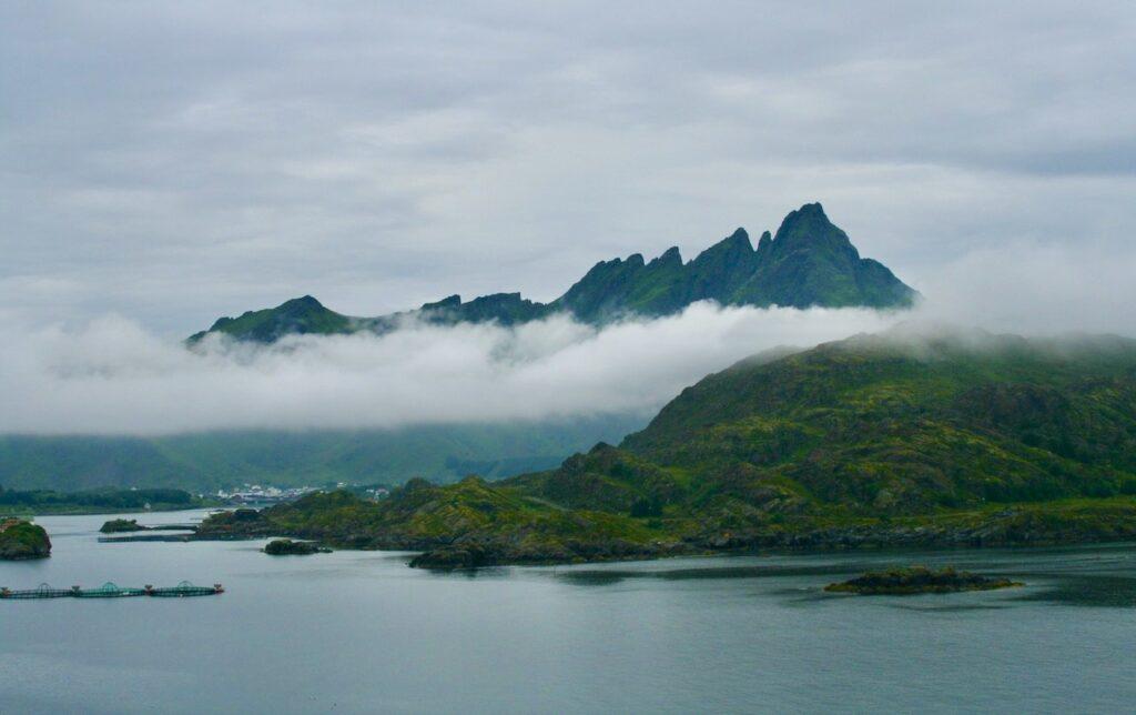 Norge och Lofoten. Regna gjorde det en hel del när vi reste uppe genom Norge från söder till Honningsvåg i norr. Norges nordligaste stad.