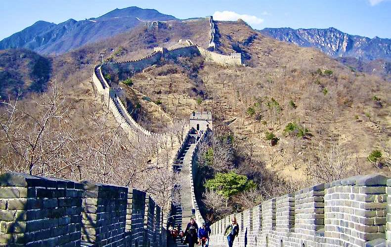 Kina. Kinesiska muren sträcker sig genom landet och vissa områden i norr är väldigt torra och längre söderut finna ofta mer grönska runt den.